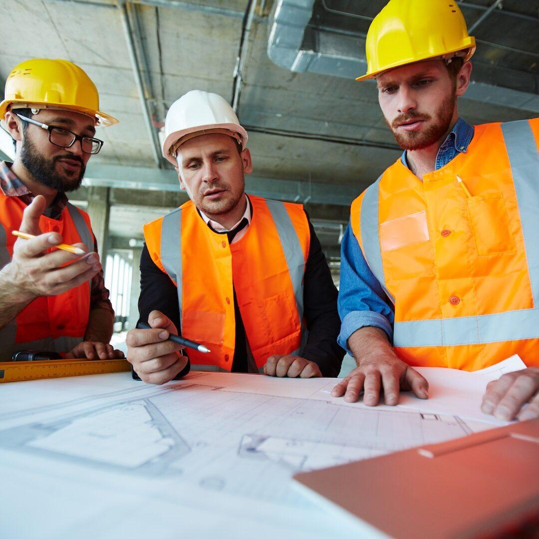 Supervisores de la construcción analizan detalles del edificio